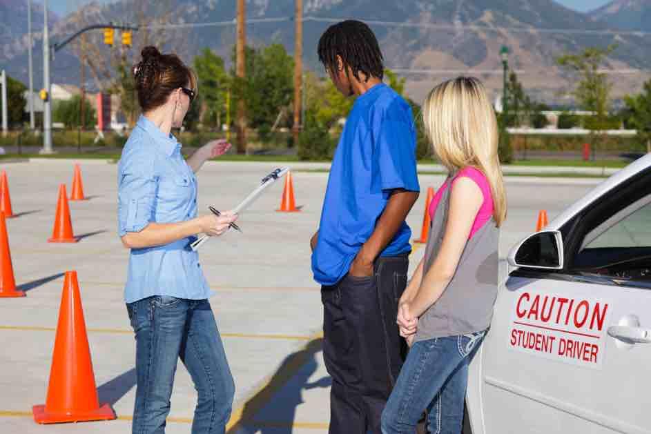 Bevor du den Führerschein erhältst, musst du noch den Verkehrskundeunterricht (VKU) bei der Fahrschule besuchen.