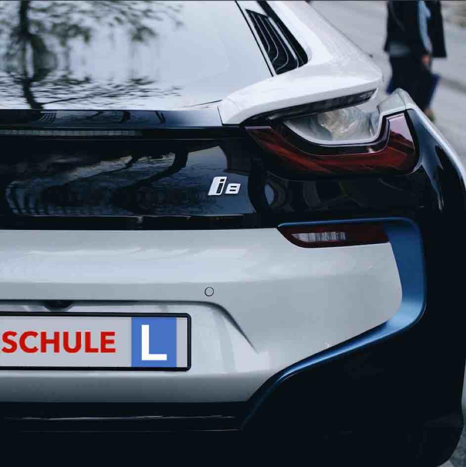 Der Schweizer Lernfahrausweis erhälst du nach der Theorieprüfung. Nun darfst du Fahrstunden bei einer Fahrschule nehmen und autofahren üben.