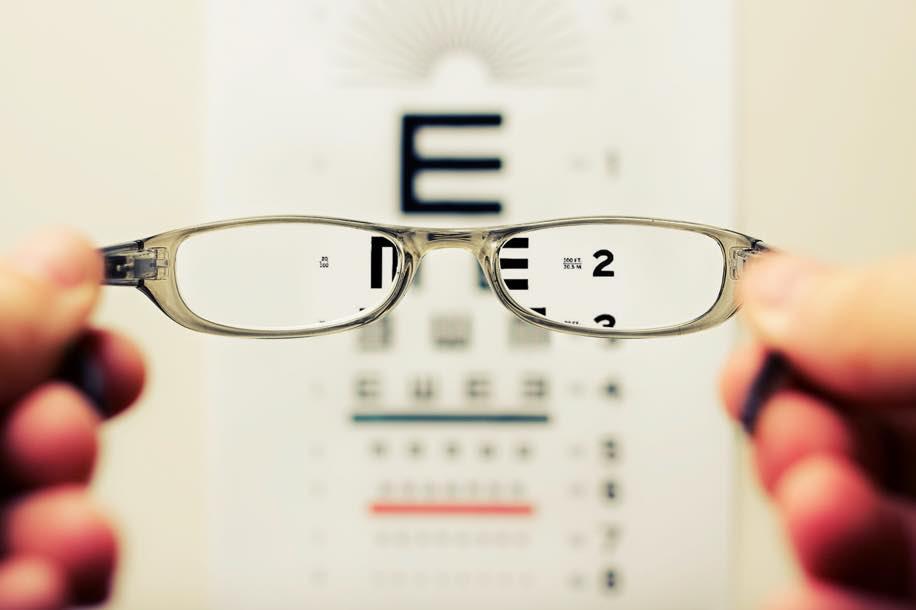 Der Sehtest für die Autoprüfung dient der Verkehrssicherheit. Du kannst ihn einfach beim nächsten Optiker machen. Du brauchst dazu den Lernfahrausweisantrag und dein Pass, ID oder Ausländerausweis.