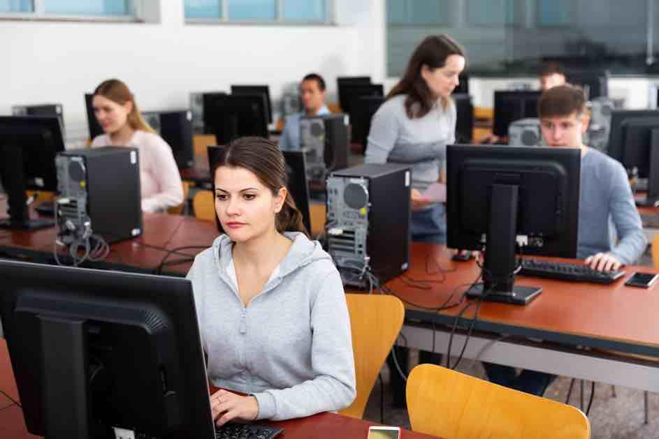 Die Theorieprüfung absolvierst du am PC beim kantonalen Strassenverkehrsamt. Da erfährst du auch, ob du bestanden hast oder nicht.