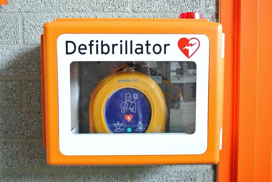 Im Nothelferkurs lernst du Erste-Hilfe-Massnahmen, wie zB den Umgang mit dem Defibrillator.