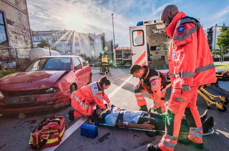 Im Strassenverkehr kommt es schnell zu Unfällen. Der Nothelferausweis qualifiziert dich die richtigen Massnahmen anzuwenden. Leben retten als Autofahrer in der Schweiz ist sehr wichtig.