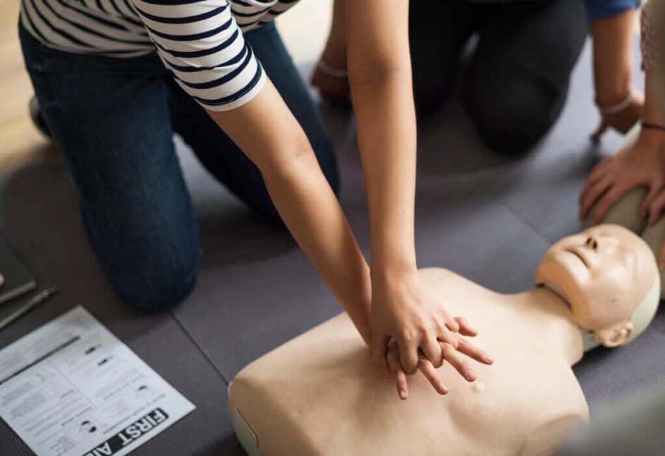 Thoraxkompressionen sind ein wichtiges Instrument zur Nothilfe. Hilfreiche Tipps zur Ersten-Hilfe lernst du im Nothelferkurs.