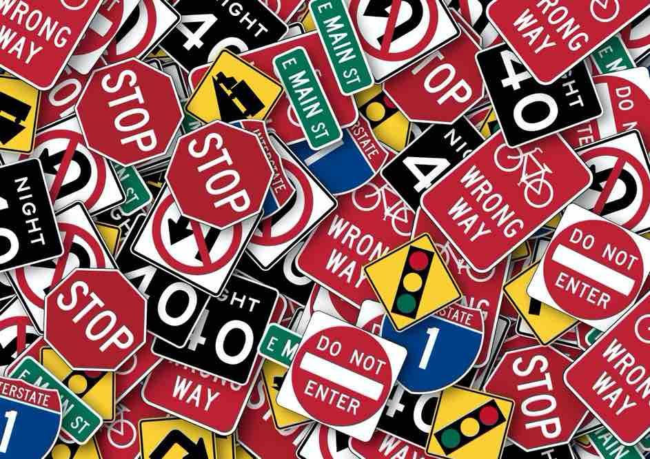 Verkehrstheorie - um den Lernfahrausweis zu erhalten, musst du die Theorieprüfung bestehen -  nur so kannst du in der Schweiz autofahren