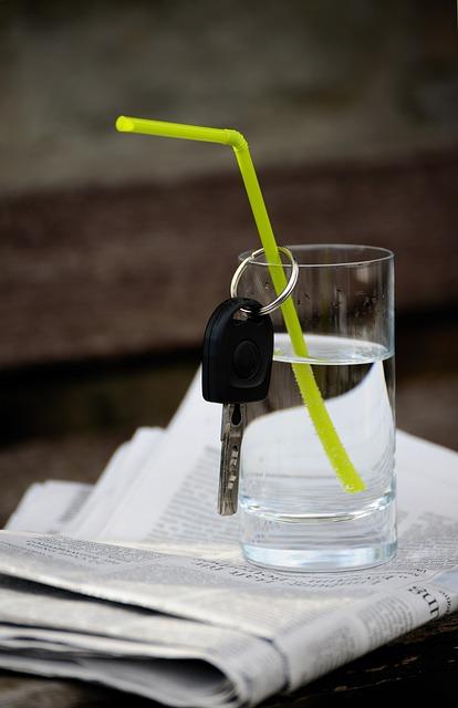 Alkohol und Drogen - keine gute Idee beim Autofahren - mit dem Führerschein auf Probe ist sogar die Messlatte noch tiefer - Trink lieber ein Glas Wasser, wenn du Auto fährst