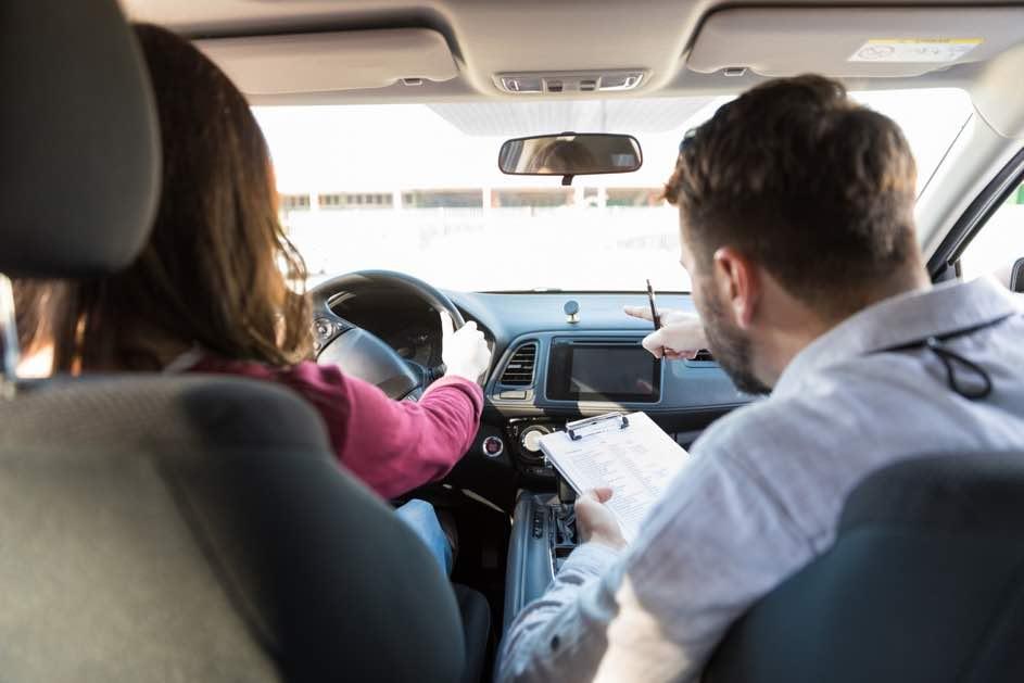 Praktische Fahrprüfung. Autoprüfung Schweiz. Das musst du wissen auf dem Weg zum Führerschein. Autofahren. Prüefung